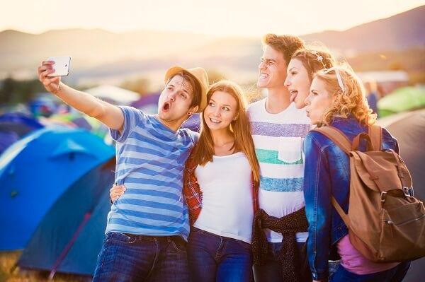 Stock-Picture-Festival-Friends-Selfie
